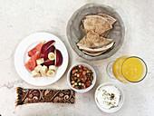 Obst, Fladenbrot, Ful (Bohnengericht, Arabien) und Labneh