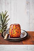 Ganze gebratene Ananas in würziger Karamellsauce