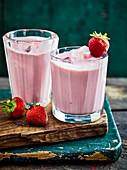 Erdbeer-Bananen-Smoothies mit Eiswürfeln
