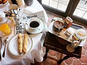 Französisches Frühstück mit Kaffee und Baguette