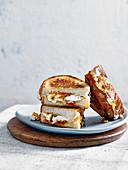 Toasties mit Aprikosenmarmelade, Ziegenkäse und Thymian