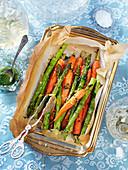 Gegrillte Karotten und Spargel mit Kräuterdressing zu Ostern