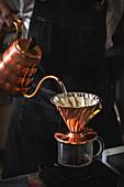 Aufbrühen von Kaffee mit Kaffeezubehör aus Kupfer