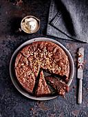 Versunkener Nussnougat-Kuchen mit Baileys-Sahne