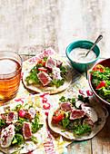 Tacos mit Thunfisch, Fattoush und Tahini-Joghurt