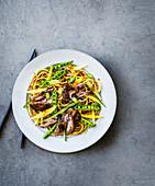 Nudelsalat mit Ente, Mango und Zuckerschoten