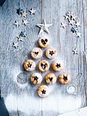 Mince Pies ausgelegt in Tannenbaumform für Weihnachten