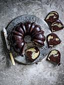 Schokoladenmarmorkuchen mit Mokka-Glasur