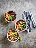 Mexikanische Chili-Bohnen-Suppe mit Nachos
