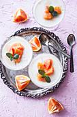 Joghurt-Pannacotta mit Blutorangen und Minze