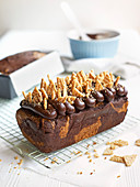 Schokoladen-Sesam-Kastenkuchen