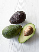 Avocados, ganz und halbiert