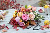 Zutaten für den Herbststrauß: Rosen, Hagebutten, Herbstlaub und Zierquitte