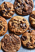 Chocolate Chip Cookies auf Backpapier