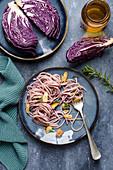 Pasta mit Rotkohl-Pesto und Knoblauchchips