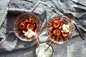 Honig-Pflaumen mit Pekannüssen und Sahne
