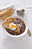 Carabaccia alla fiorentina (onion soup with a poached egg, Italy)