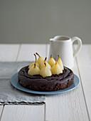 Schokoladenkuchen mit pochierten Birnen