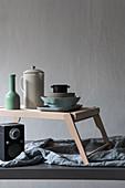 Tablett-Tisch mit Geschirr, darunter Lautsprecher