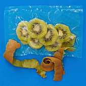 Kiwi slices vacuum-packed in a plastic bag