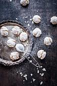 Italienische Amaretti-Kekse mit Puderzucker