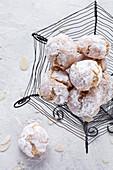Italienische Amaretti-Kekse im Drahtkorb