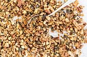 Knusprig gebackenes Granola mit Mandeln und Pekannüssen