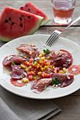 Rohschinken-Ravioli mit Gemüsefüllung und Wassermelonen-Paprika-Salat