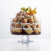 Trifle mit weichen Amaretti, Schokoladensauce, Englische Creme und Sahne