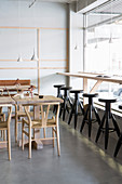 Minimalistisch eingerichtetes Restaurant im Skandinavischen Stil