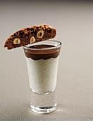 Vanille-Shot mit Schokosauce und Biscotti