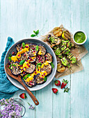 Gegrillte Auberginen mit Granatapfelkernen und Pilz-Tofu-Spiessen (vegan)