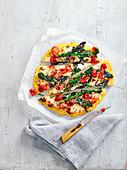 Polenta-Pizza mit Purple Sprouting Broccoli und Mozzarella