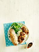Baguette mit Hackbällchen und Käse