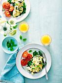 Rührei mit Basilikum, pochiertem Spinat und kurzgebratenen Tomaten