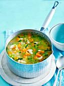 Sommersuppe mit Karotten, Estragon und weissen Bohnen