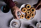 Linzer Plätzchen auf Teller legen