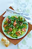 Blattsalat mit Knoblauchgarnelen und Avocado