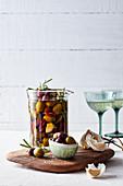 Marinierte Oliven mit Knoblauch und Kräutern