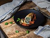 Calamari mit Spinat-Ricotta-Füllung, Tomatensauce und Basilikum