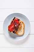 Sandwich mit Hummus, Aubergine und Tomate