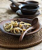 Philippinisches Adobo vom Rind mit Zwiebeln