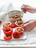 Tomaten mit Pfannengemüse füllen