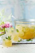 Holunderblüten-Sommerpunsch mit Wodka und Apfelsaft