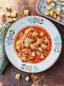 Gemüsesuppe mit Sauerteigcroutons