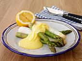 Mixed asparagus with hollandaise sauce