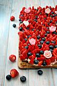 Sommerlicher Blechkuchen mit Erdbeeren und Blaubeeren