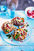 Gegrillte Süsskartoffeln mit Kichererbsen und Granatapfel
