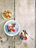 Vanilleeis mit Kirschkompott und Amaretti