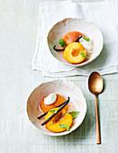 Pochierte Pfirsiche in Sekt mit Basilikum und Vanille